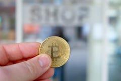 Bitcoin betalning i en shoppa eller ett lager genom att använda cryptocurrency Royaltyfri Fotografi