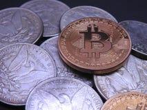 Bitcoin bovenop Zilveren Morgan Dollars Royalty-vrije Stock Foto's