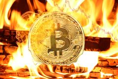 Bitcoin brûlant dans le feu image libre de droits