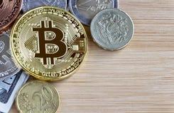 Bitcoin, Briten ein Pfund und Euromünzen auf Holztisch backg Stockfoto