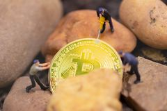 Bitcoin bryta Faktisk cryptocurrency som bryter begrepp bitcoinrevolution arkivfoto