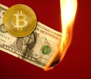 Bitcoin BTC εναντίον του καψίματος δολαρίων στην πυρκαγιά στοκ εικόνες