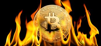 Bitcoin - BTC cryptocurrency pieniądze palenie w płomieniach zdjęcia stock