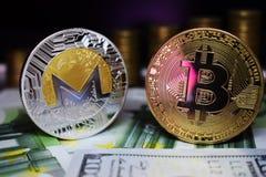Bitcoin BTC en het muntstuk van Monero XRM op bankbiljetten, tegen de achtergrond van geld het groeien treden stock afbeeldingen