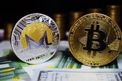 Bitcoin BTC en het muntstuk van Monero XRM op bankbiljetten, tegen de achtergrond van geld het groeien treden royalty-vrije stock foto