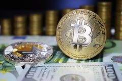 Bitcoin BTC en het muntstuk van Monero XRM op bankbiljetten, tegen de achtergrond van geld het groeien treden royalty-vrije stock fotografie
