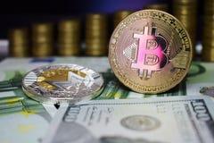 Bitcoin BTC en het muntstuk van Monero XRM op bankbiljetten, tegen de achtergrond van geld het groeien treden stock fotografie