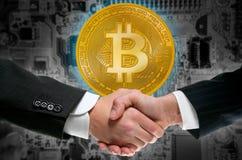 Bitcoin BTC im Geschäftsmannhändedruck stockbild