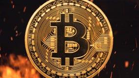 Bitcoin - burning crypto del dinero de la moneda de la moneda BTC del pedazo imagenes de archivo