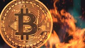 Bitcoin - burning crypto del dinero de la moneda de la moneda BTC del pedazo fotos de archivo libres de regalías