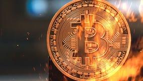 Bitcoin - burning crypto del dinero de la moneda de la moneda BTC del pedazo imágenes de archivo libres de regalías