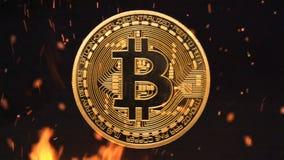 Bitcoin - burning crypto del dinero de la moneda de la moneda BTC del pedazo almacen de metraje de vídeo