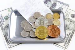 Bitcoin, cédula, e moedas colocadas na bandeja pequena de aço inoxidável do retângulo na tabela de madeira O conceito sobre a cor fotos de stock royalty free