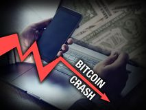 Bitcoin che insegue uomo d'affari nell'arresto di prezzi di cryptocurrency immagini stock