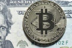 Bitcoin closeup på räkning för USA $20 Arkivfoto