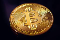 Bitcoin closeup på svart bakgrund Arkivfoton