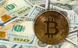 Bitcoin cobriu contra 100 contas ou notas dos E.U. do dólar Imagem de Stock