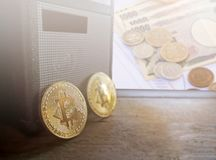 Bitcoin com as cédulas japonesas borradas dos ienes da moeda do fundo Imagem de Stock