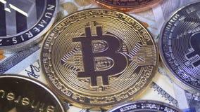 Bitcoin com Cryptocurrency diferente Litecoin, Ethereum, as moedas do traço, e as contas dos dólares estão girando video estoque