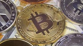 Bitcoin com Cryptocurrency diferente Litecoin, Ethereum, as moedas do traço, e as contas dos dólares estão girando filme
