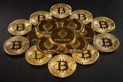 Bitcoin com ethereum inventa no centro Ethereum na pirâmide Fotografia de Stock Royalty Free
