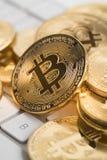 Bitcoin com kwyboard e dinheiro Imagens de Stock