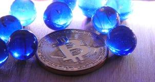 Bitcoin com mármores azuis imagens de stock