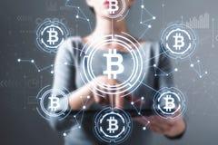Bitcoin com a mulher que usa uma tabuleta fotografia de stock royalty free