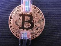 Bitcoin com nas tomadas rj45 da parte superior dois fotos de stock