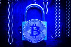 Bitcoin com o cadeado no cartão-matriz do computador Conceito cripto da segurança da informação da privacidade de dados do Intern Imagens de Stock