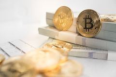 Bitcoin com teclado e dinheiro Fotos de Stock Royalty Free
