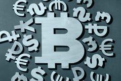 Bitcoin, comparación con el dinero del mundo imagen de archivo