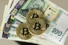 Bitcoin con el billete de banco búlgaro de cientos levs Imagen de archivo libre de regalías