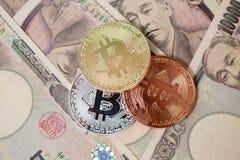 Bitcoin con el dinero de los yenes de Japón fotos de archivo libres de regalías