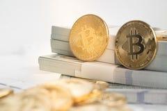 Bitcoin con el teclado y el efectivo Foto de archivo libre de regalías