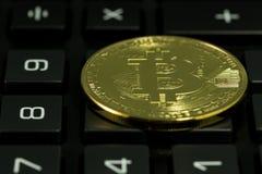 Bitcoin con il calcolatore Fotografie Stock Libere da Diritti