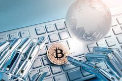Bitcoin con il concetto globale Fotografie Stock