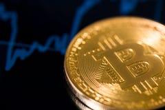 Bitcoin con il grafico Fotografia Stock Libera da Diritti
