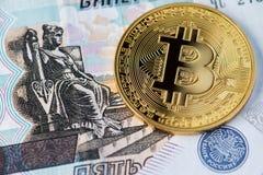 Bitcoin con las rublos rusas Bitcoins en los billetes de banco rusos imagenes de archivo