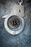 Bitcoin con le manette fotografie stock