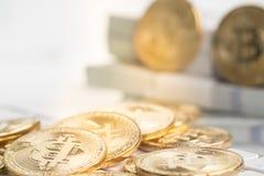 Bitcoin con piccolo dipende la tastiera fotografie stock