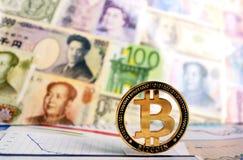 Bitcoin contra de diversos billetes de banco Fotos de archivo