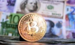 Bitcoin contra de diversos billetes de banco Imagen de archivo libre de regalías