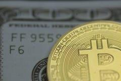 Bitcoin contra efectivo foto de archivo