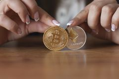 Bitcoin contra la carta de Ethereum y la plataforma comercial del intercambio Fotografía de archivo