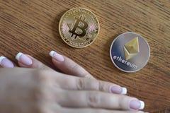 Bitcoin contra la carta de Ethereum y la plataforma comercial del intercambio Imágenes de archivo libres de regalías
