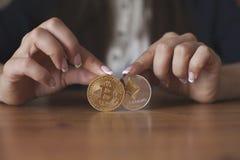 Bitcoin contra la carta de Ethereum y la plataforma comercial del intercambio Fotos de archivo libres de regalías