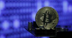 Bitcoin contre le moniteur avec le code binaire Nouvelles cryptos finances d'honoraires de devise, de bitcoin et d'ordinateur banque de vidéos