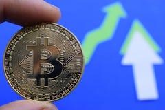 Bitcoin crece en el precio, el precio de los aumentos del bitcoin imagen de archivo