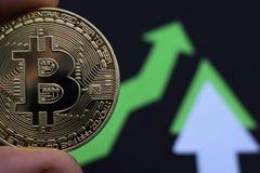 Bitcoin crece en el precio, el precio de los aumentos del bitcoin fotografía de archivo